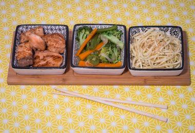 Saumon, petits légumes et nouilles chinoises