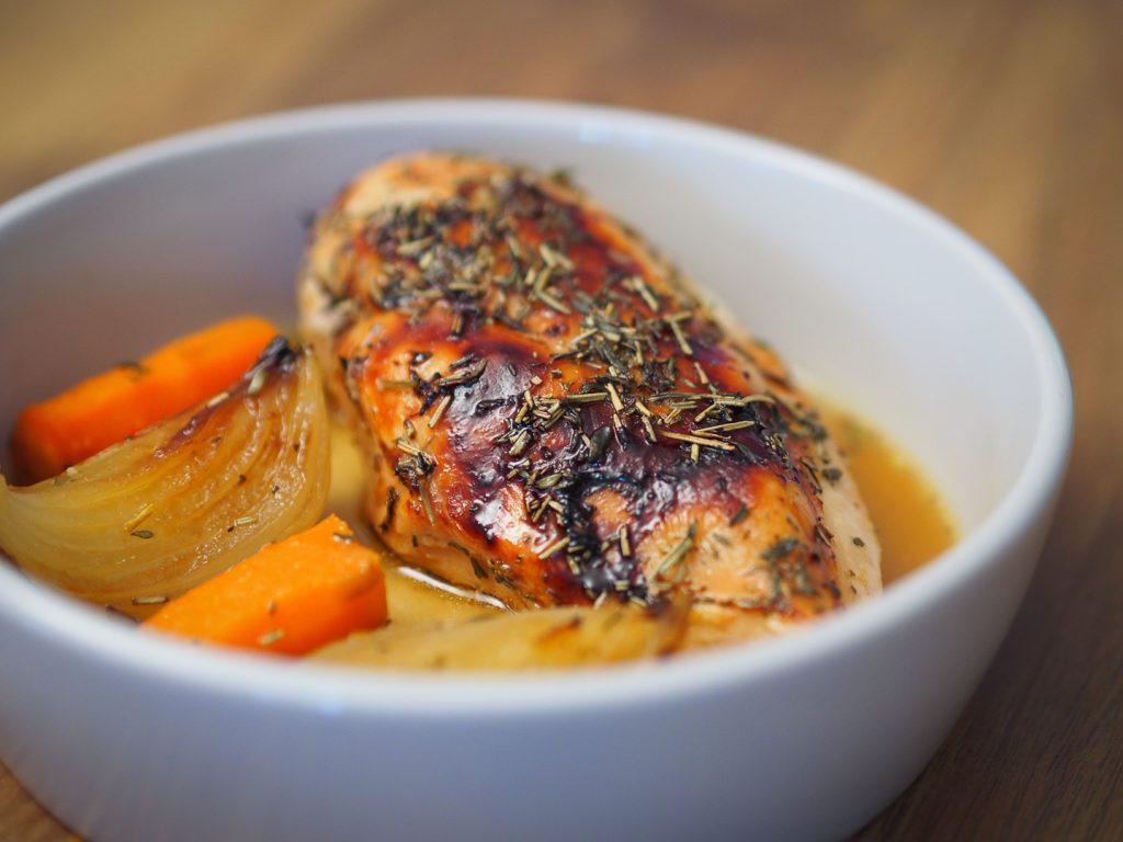 Poulet aux oignons et carottes rôtis